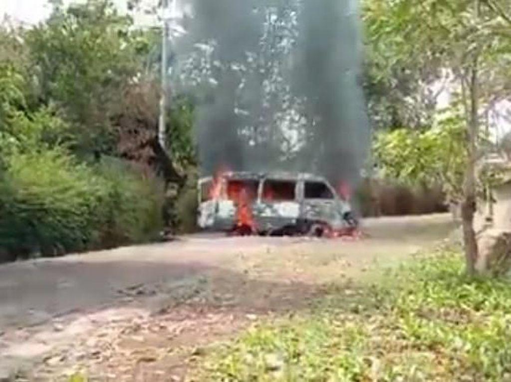 Sebuah Mobil di Ngawi Hangus Terbakar, Api Berasal dari Aki