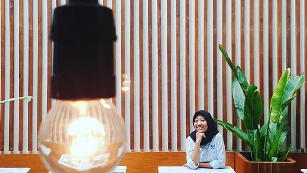 Ayu Kartika Dewi, Staf Khusus Presiden yang Punya Momen Seru saat Nongkrong di Kafe
