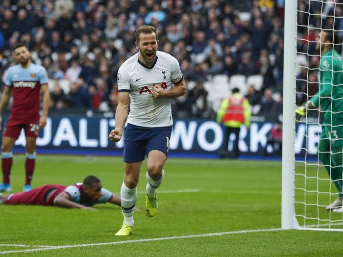 Tottenhams Harry Kane, center, celebrates after he scored his sides third goal during the English Premier League soccer match between West Ham and Tottenham, at London stadium, in London, Saturday, Nov. 23, 2019.(AP Photo/Frank Augstein)