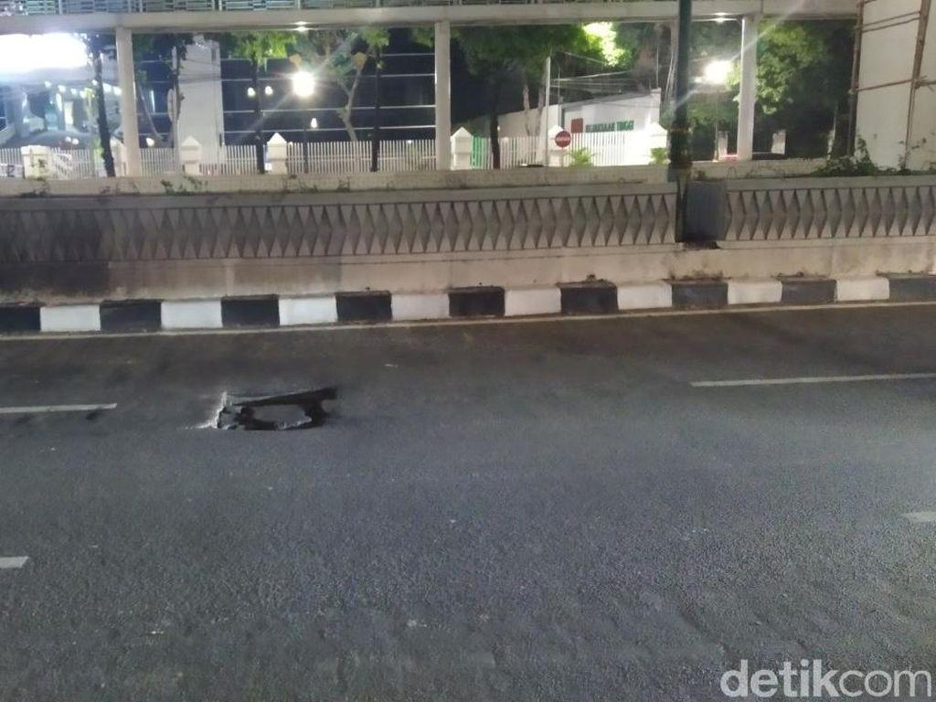 Tolong Ditutup! Lubang di Jl Rasuna Said Jaksel Sering Buat Pemotor Jatuh