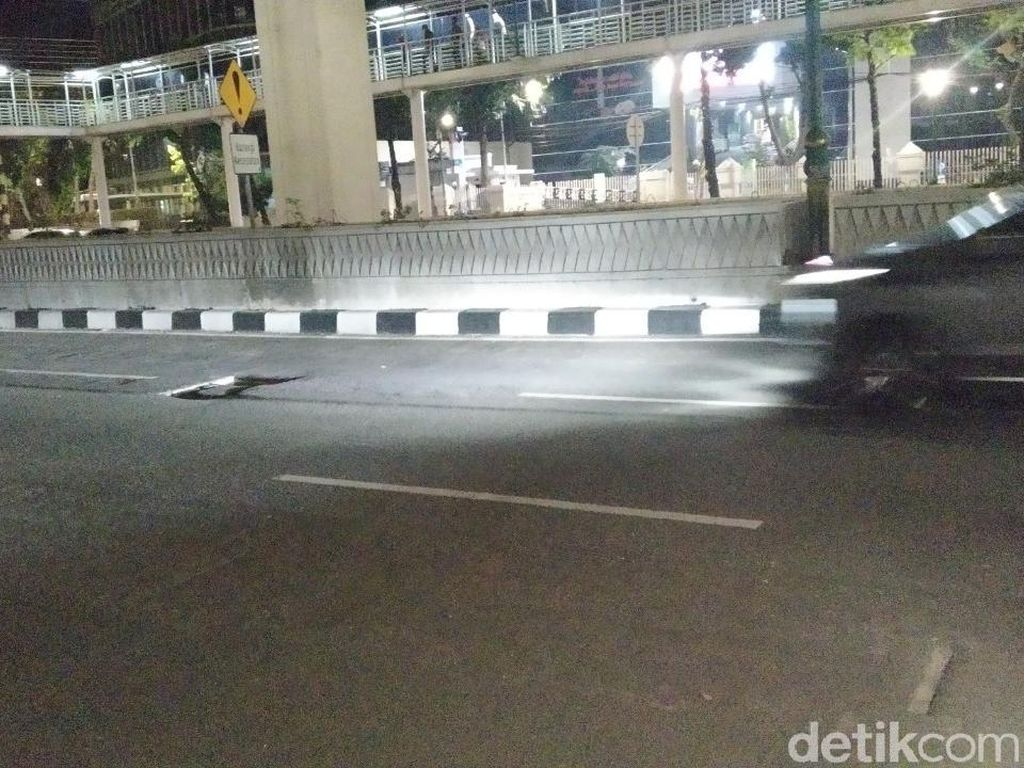 Lubang yang Sering Buat Pemotor Jatuh di Jl Rasuna Said Jaksel Ditambal