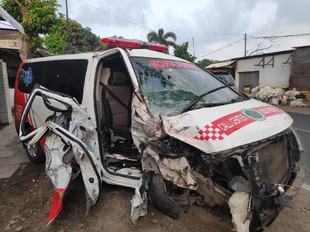 Ambulans RSUD dr Soedomo Trenggalek Tabrak Pohon di Tulungagung
