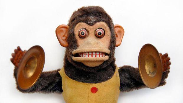 Boneka monyet dengan alat musik simbal