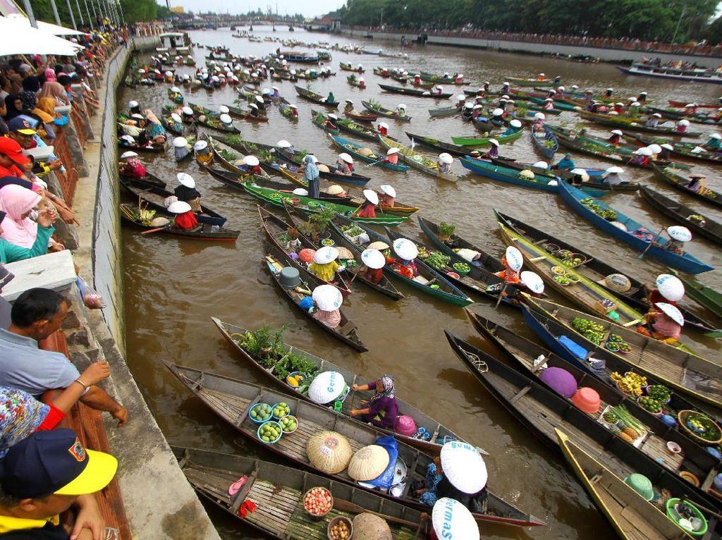 Rekor MURI Pembagian Sayur dan Buah di Sungai Martapura