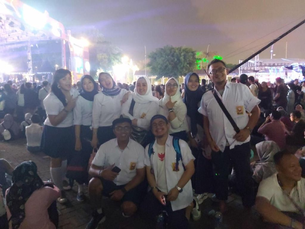 Gerombolan Anak SMP Ikut Asyik Nikmati The 90s Festival