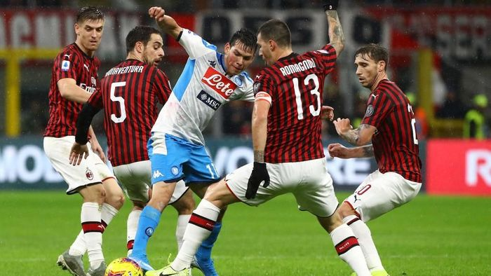 MILAN, ITALY - NOVEMBER 23:  Hirving Lozano (C) of SSC Napoli competes for the ball with Giacomo Bonaventura (L) and Alessio Romagnoli (R) of AC Milan during the Serie A match between AC Milan and SSC Napoli at Stadio Giuseppe Meazza on November 23, 2019 in Milan, Italy.  (Photo by Marco Luzzani/Getty Images)