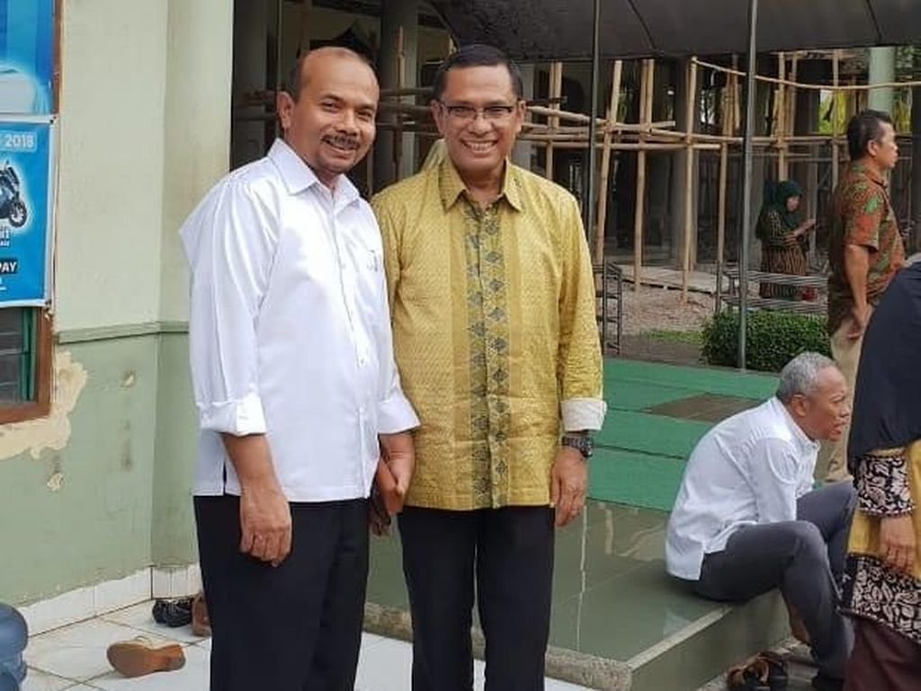 Alas Kaki 2 Eks Menteri Jokowi Dicuri Saat Salat Jenazah Bahtiar Effendy