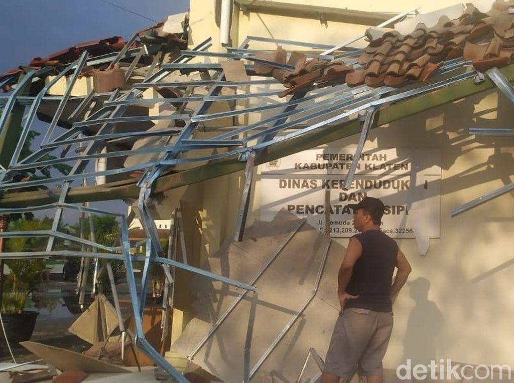 Kantor Disdukcapil Klaten yang Ambruk Dipasangi Garis Polisi