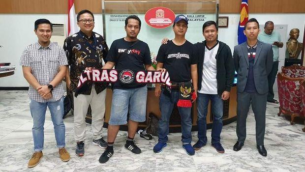 Iyan Prada Wibowo dan Rifki Chorudin (tengah) bersama perwakilan KBRI, Aliansi Suporter, dan pengacara usai dibebaskan.
