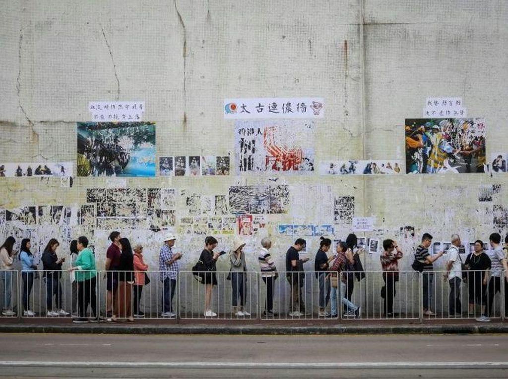 Hong Kong Gelar Pemilu Dewan Lokal, Warga Ramai Antre Memilih