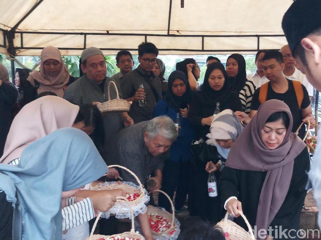 Ibunda Meutya Hafid Wafat, Menpora-Wamendag Hadir di Pemakaman