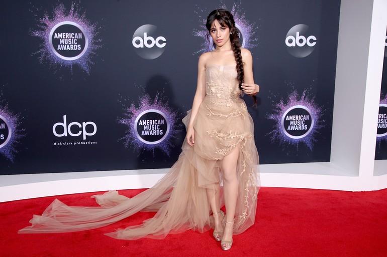 Ketika muncul di karpet merah, keduanya tampil terpisah. Camila memamerkan keseksiannya dengan gaun menerawang dari Oscar de la Renta. (Foto: Getty Images)