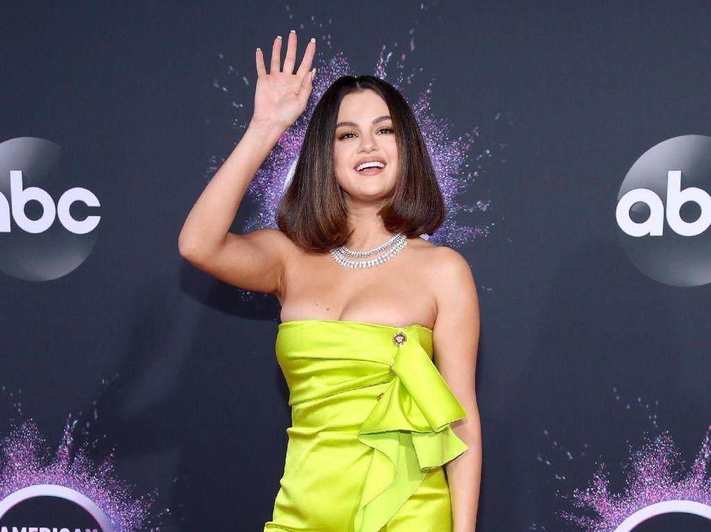 Fans Selena Gomez Tagih Janji Lagu Berbahasa Spanyol 10 Tahun Lalu