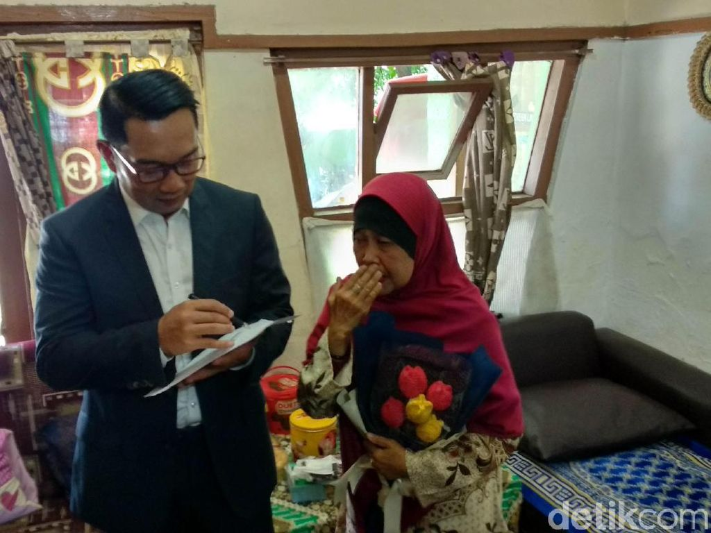 Sambangi Gurunya Sewaktu SD, Ridwan Kamil Beri Hadiah Umrah