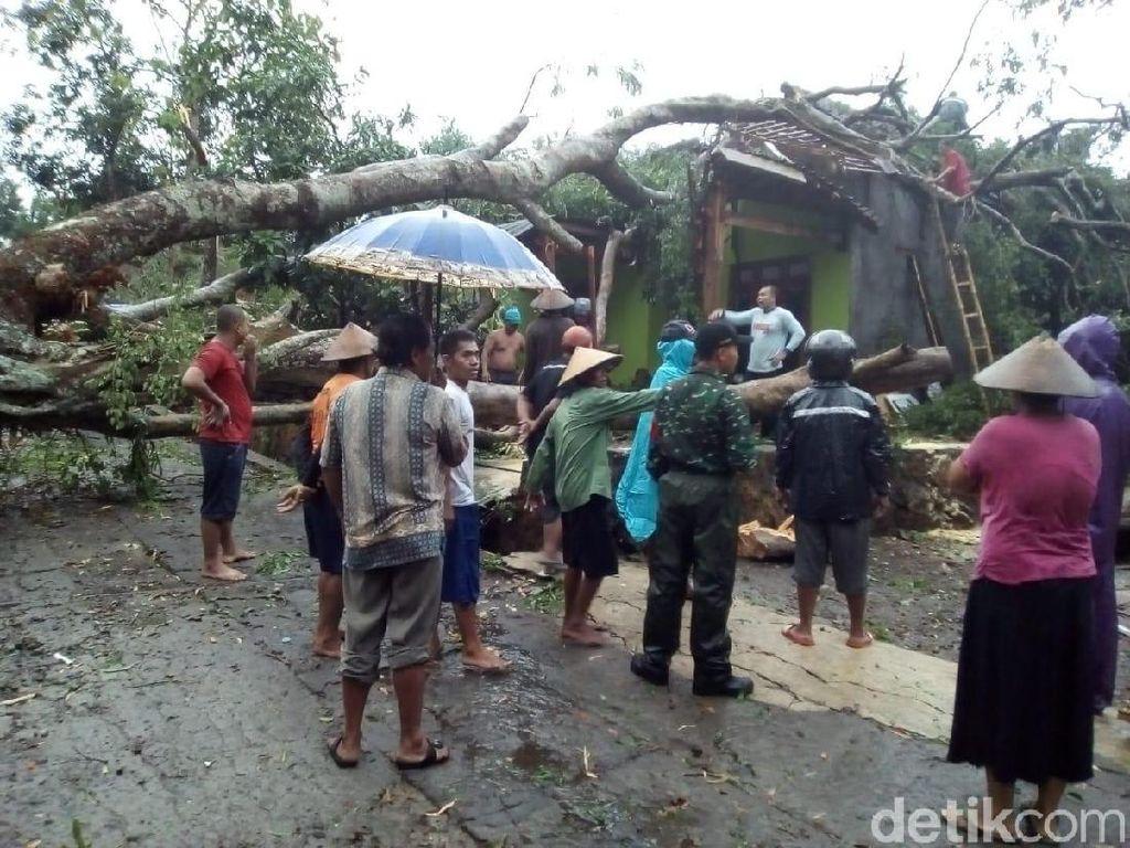 Hujan Disertai Angin Kencang Rusak Puluhan Rumah di Sragen