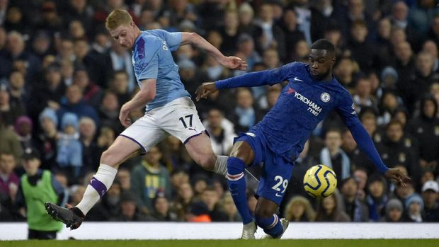 Manchester City's Kevin De Bruyne vies for the ball with Chelsea's Fikayo Tomori, right, during the English Premier League soccer match between Manchester City and Chelsea at Etihad stadium in Manchester, England, Saturday, Nov. 23, 2019. (AP Photo/Rui Vieira)