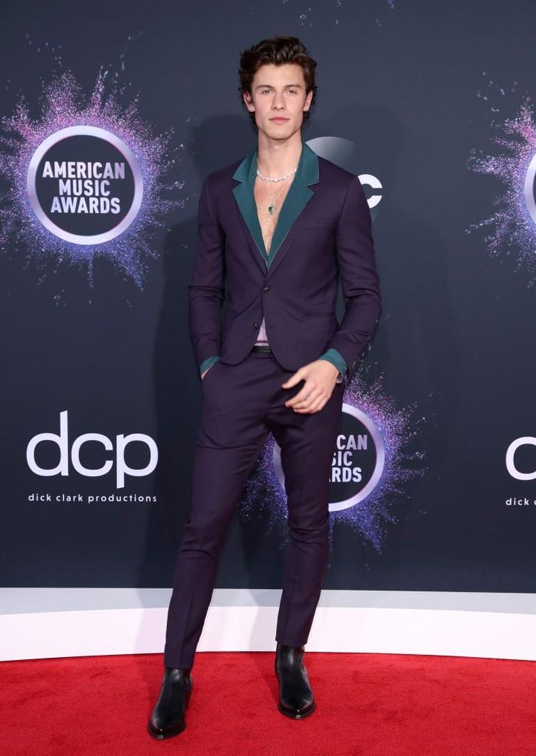 Adapun Shawn tampil dandy dengan setelan unggu gelap dan kemeja hijau. (Foto: Getty Images)