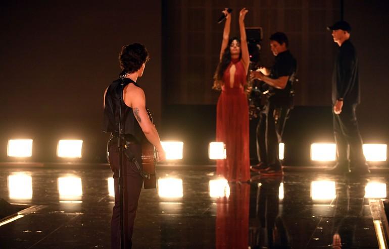Di panggung AMAs, Shawn Mendes dan Camila Cabello menembangkan hits Senorita. Shawn yang tampil dengan vest dan celana panjang hitam beraksi dengan bermain gitar. Sementara Camila menebar pesonanya dengan gaun merah. (Foto: Getty Images)