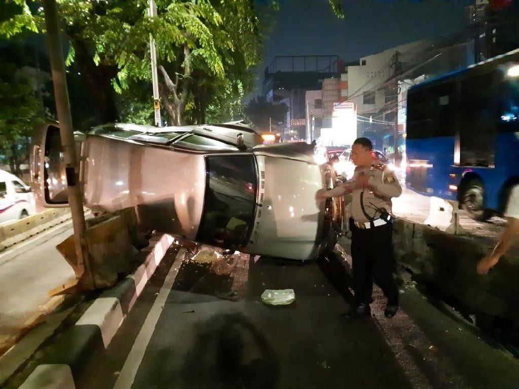 Minibus Terguling di Jalan Arteri Pondok Indah, Tutup Jalur Busway