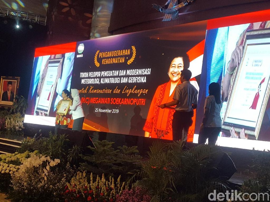 Dapat Penghargaan Terkait Pembentukan BMKG, Megawati Kenang Jasa Gus Dur