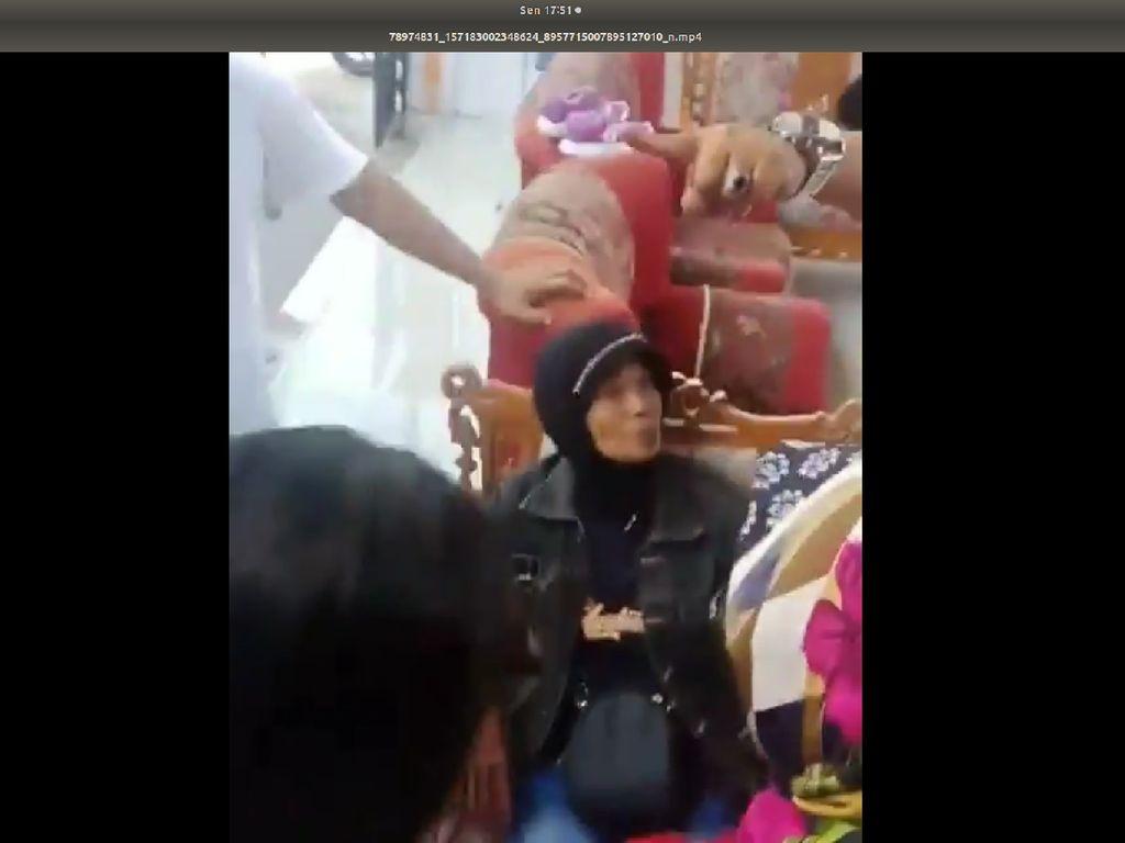Viral! Jilbab Wanita Pencuri Dilepas Paksa karena Dikira Laki-laki