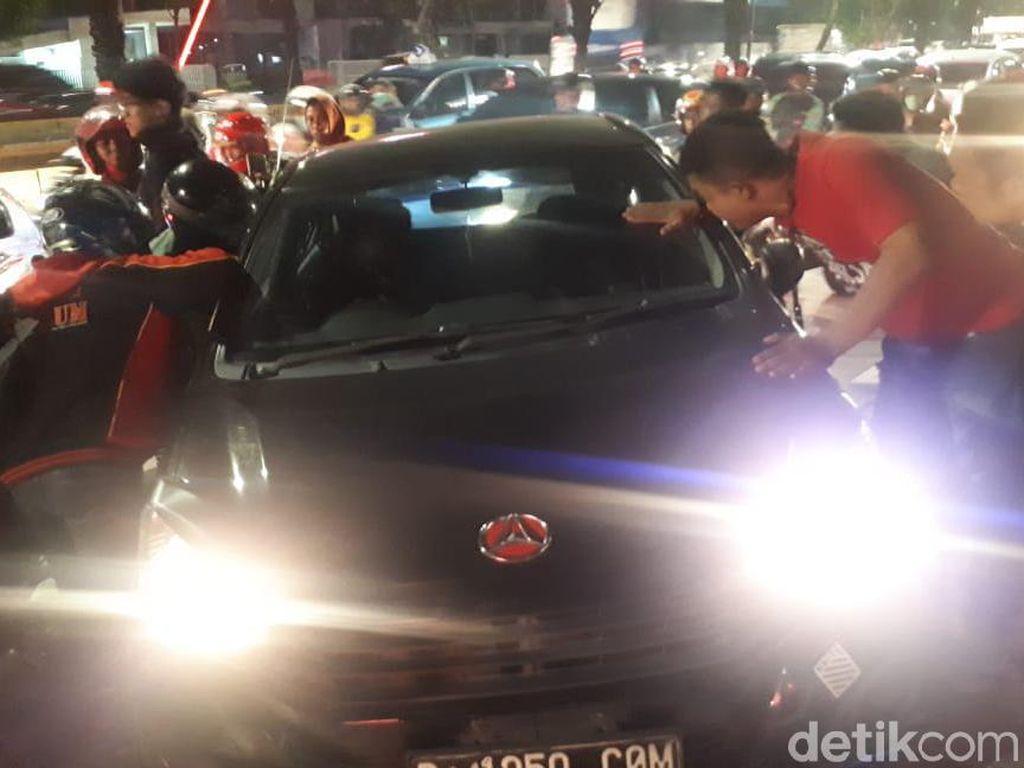 Mobil Tabrak Trotoar di Jalan Daan Mogot Jakbar, Lalin Padat