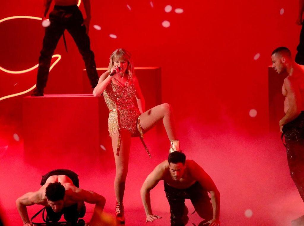 Aksi Emosional Taylor Swift sebagai Artist of Decade