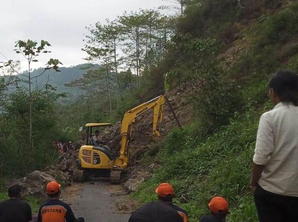 Tebing Longsor, Akses Antara 2 Kecamatan di Banjarnegara Putus