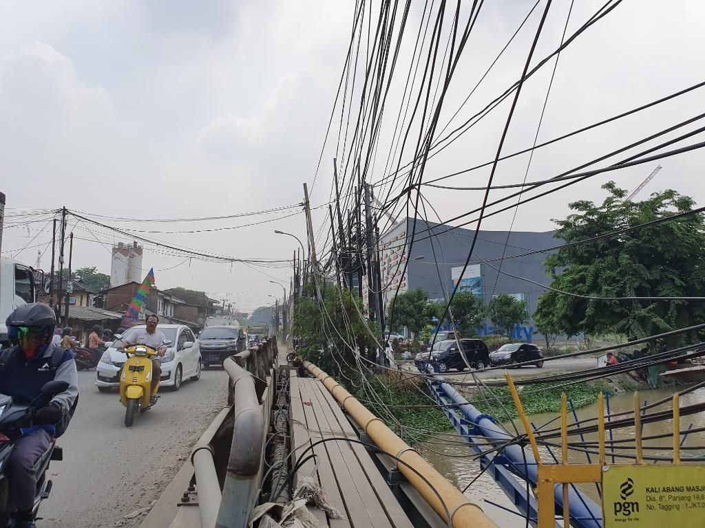 Bikin Cemas Pejalan Kaki, Kabel di Jalan Pejuang Bekasi Ini Semrawut