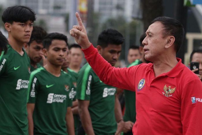 Iwan Bule memberikan arahan langsung kepada timnas Indonesia U-22 saat pemanasan di Manilla
