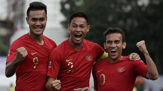 IndonesiaÅfs Maulana Egy Vikri, right, celebrates after scoring a goal during their football match against Thailand at the 30th South East Asian Games in Manila, Philippines on Tuesday, Nov. 26, 2019. (AP Photo/Aaron Favila)