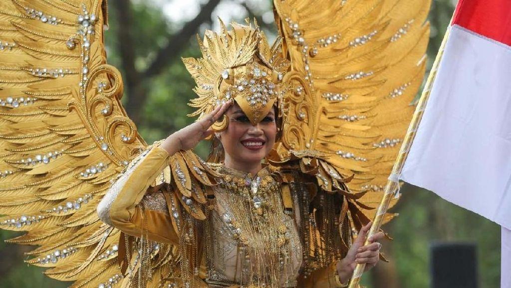 Melihat Kostum Unik di Jember Fashion Carnaval