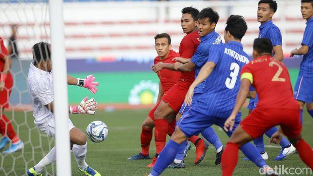 Kemelut di depan gawang Thailand yang mengawali gol pembuka Indonesia