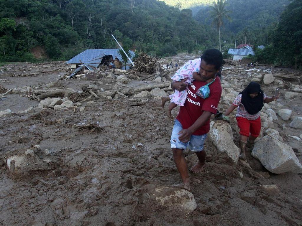 Potret Kerusakan Akibat Banjir Bandang di Solok