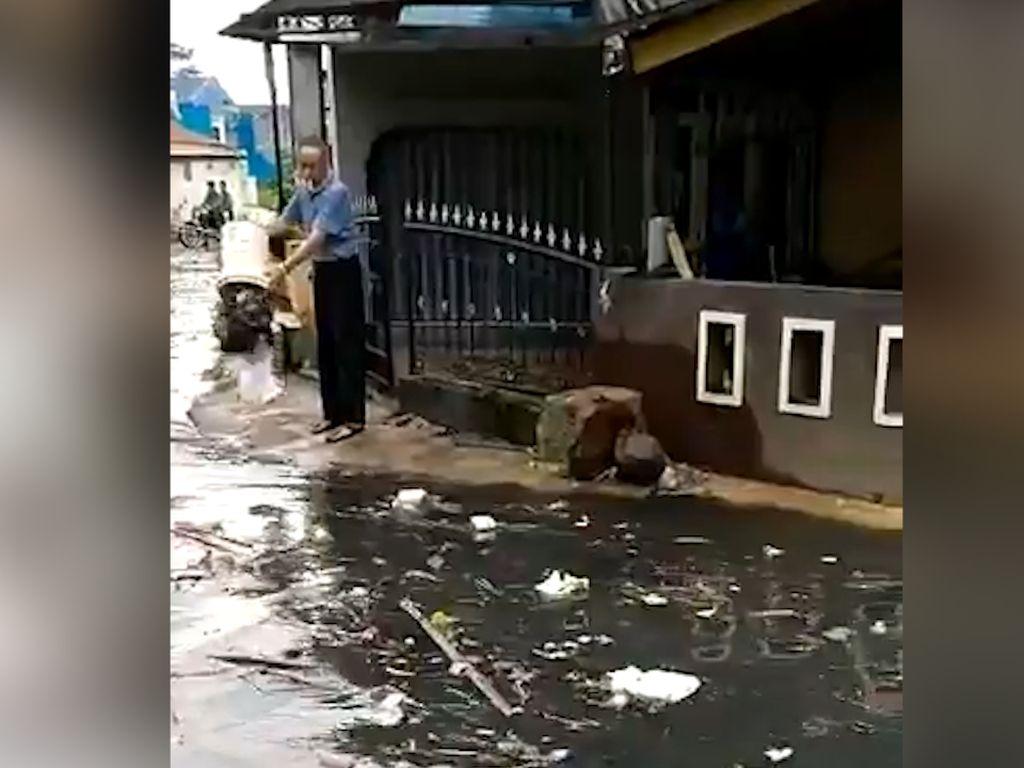 Heboh! Warga Keciduk Buang Sampah saat Banjir