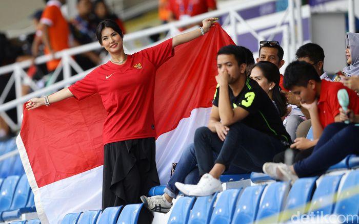Miyabi datang dengan membawa bendara merah putih. Bendera itu sempat dibentangkan di tribun Rizal Memorial Stadium, Filipina, Selasa (26/11/2019).