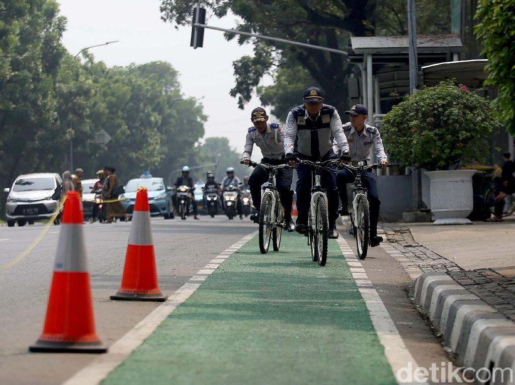 Kalau Mau Serius dan Aman, Jalur Sepeda Harus Dibatasi Beton