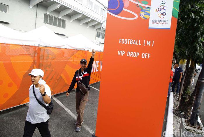 Sejumlah suporter Indonesia nampak bersiap memasuki Rizal Memorial Stadium, Manila, untuk menyaksikan laga perdana SEA Games 2019 Filipina cabang sepakbola antara Indonesia melawan Thailand, Selasa (26/11/2019).