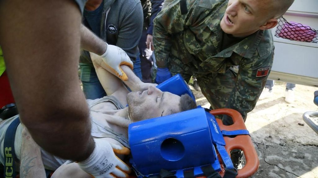 Evakuasi Korban Gempa di Albania