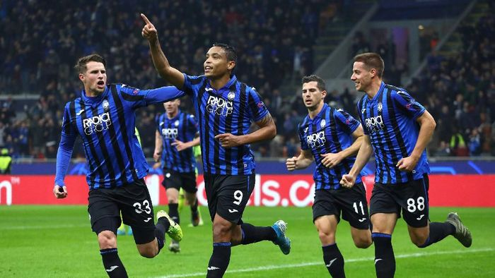 MILAN, ITALY - NOVEMBER 26:  Luis Muriel #9 of Atalanta BC celebrates with his team-mates after scoring the opening goal during the UEFA Champions League group C match between Atalanta and Dinamo Zagreb at Stadio Giuseppe Meazza on November 26, 2019 in Milan,  (Photo by Marco Luzzani/Getty Images)