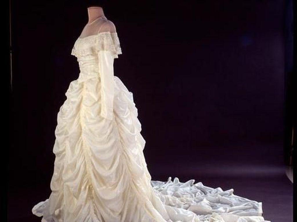 Wanita Ini Buat Gaun Pengantin dari Parasut yang Selamatkan Suaminya