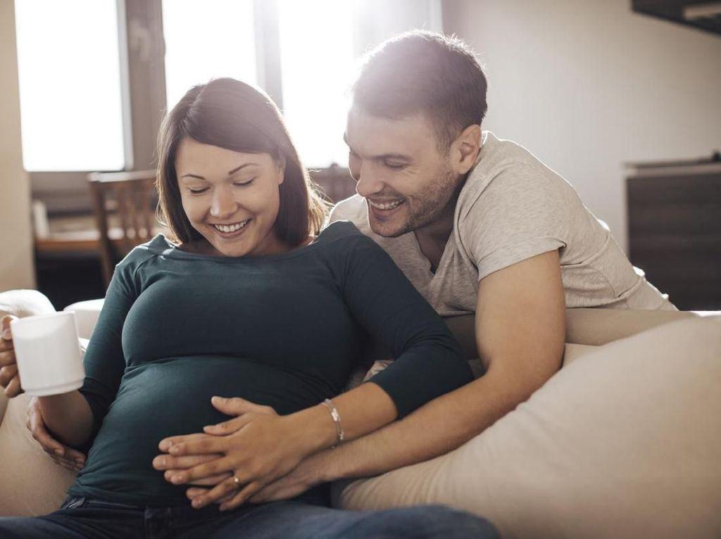 Momen Pria Rela Punggungnya Jadi Bangku untuk Istri Hamil Bikin Baper Netizen