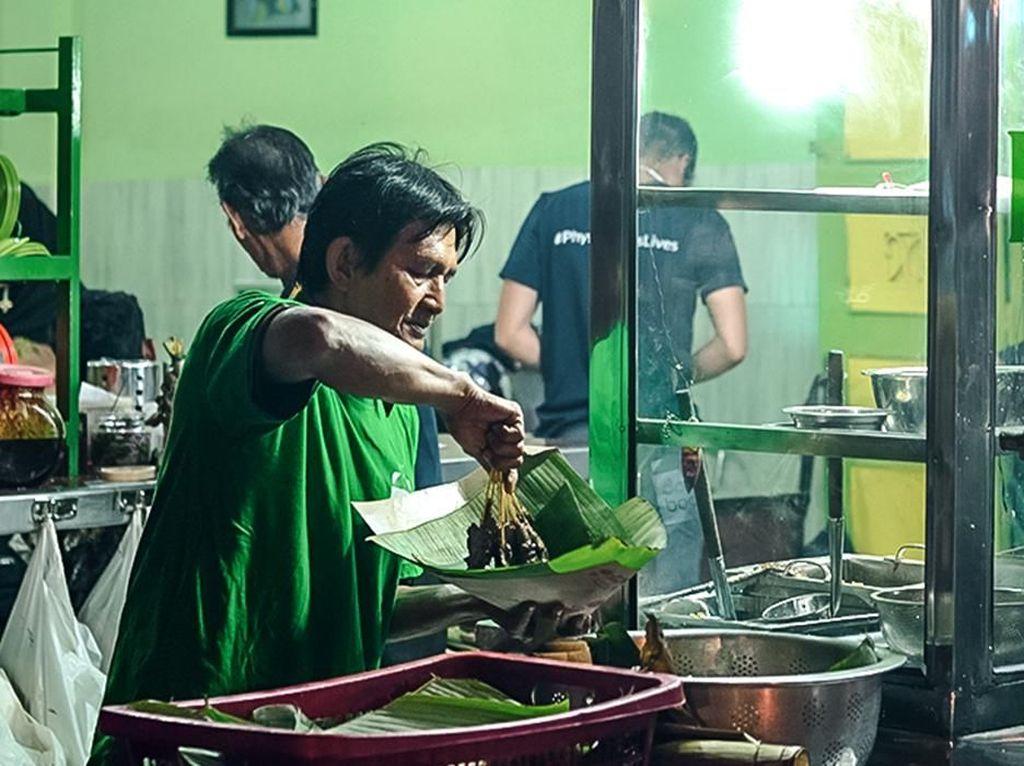 Sudah Ada Sejak 1945, Sate Madura Kuah Padang Ini Melegenda di Medan