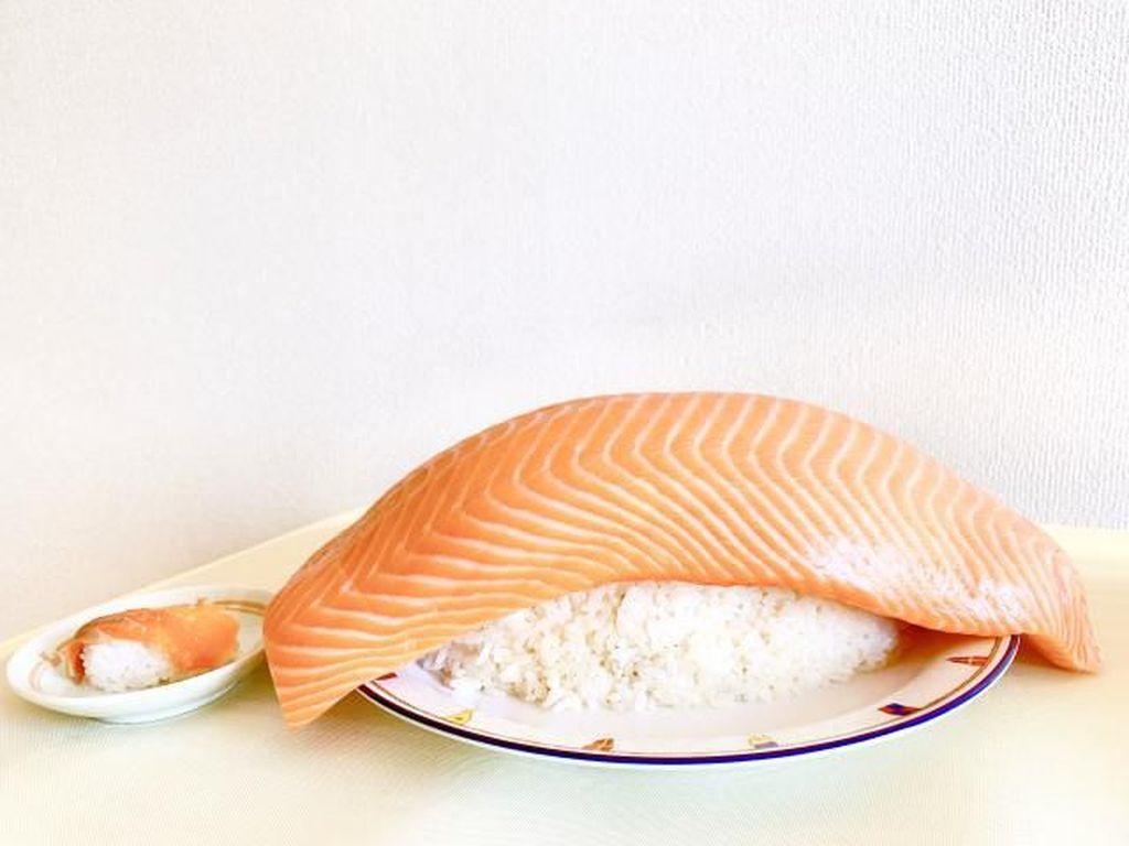 Sushi Raksasa dari Jepang Ini Dibuat dari 2,5 Kg Nasi dan Salmon