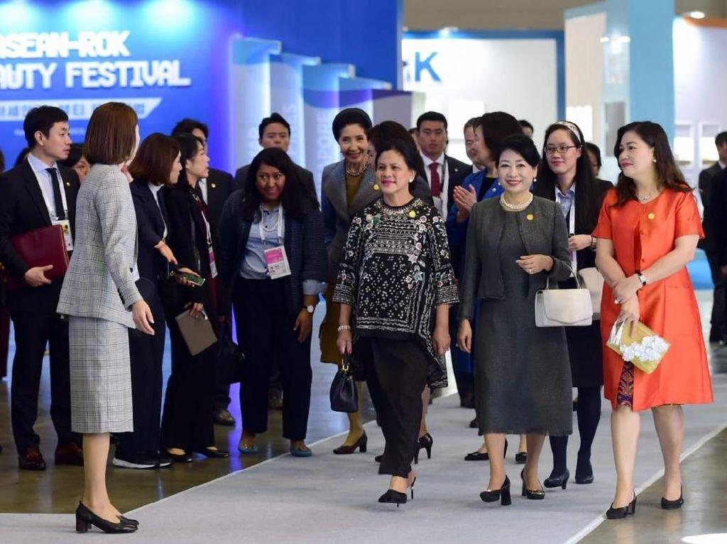 Foto: Gaya Elegan Iriana Jokowi saat Lihat Produk Kecantikan Korea di Busan