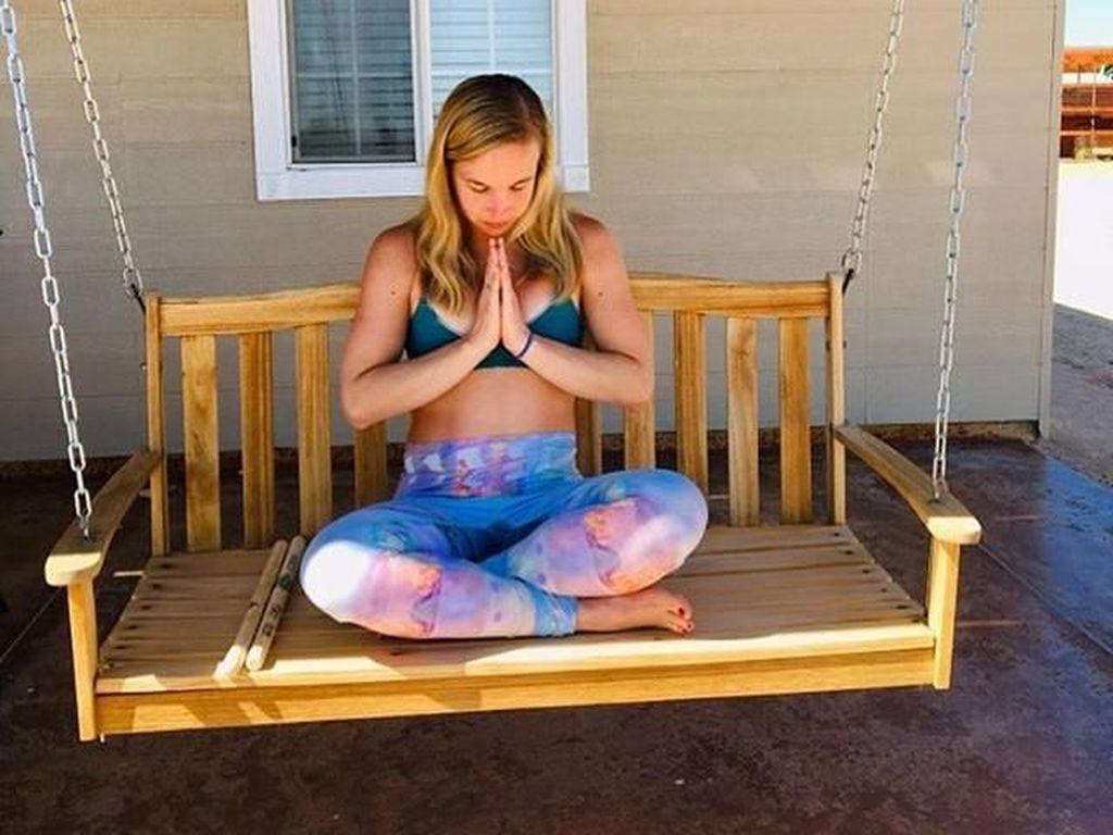 Kontroversial! Wanita Ini Jemur Bokong di Matahari, Diklaim Bikin Sehat