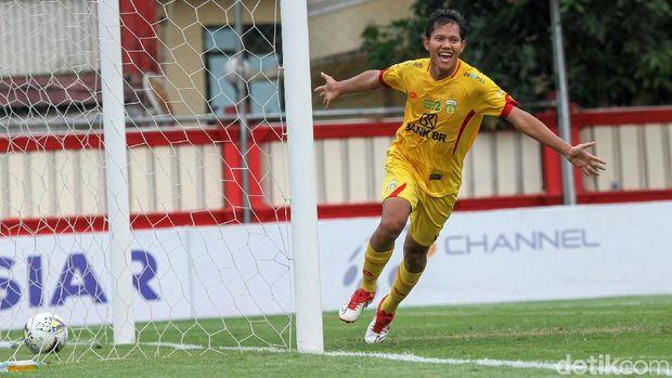Bhayangkara FC berhasil mengalahkan Arema FC 1-0 dalam lanjutan Liga 1 2019 di Stadion PTIK, Jakarta, Rabu (27/11/2019). Gol semata wayang itu dicetak oleh Adam Alis.