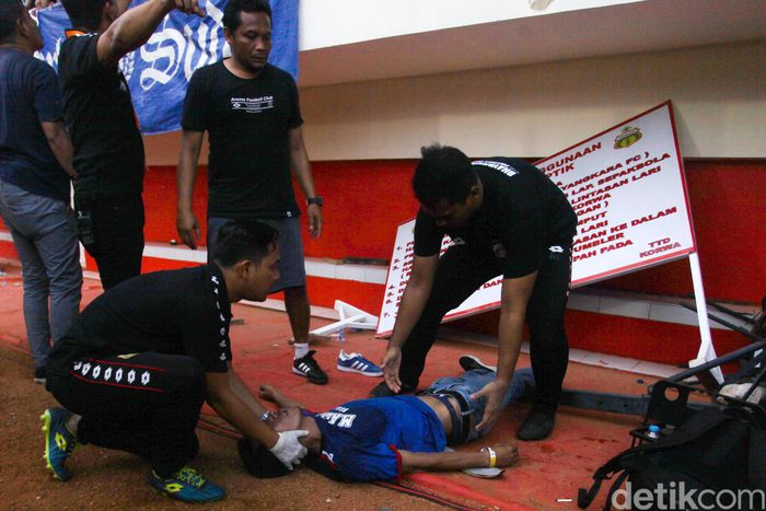 Dua pendukung Arema FC yang jatuh itu semuanya laki-laki. Satu orang langsung bisa bangun, satu lainnya harus mendapatkan perawatan lebih lanjut.