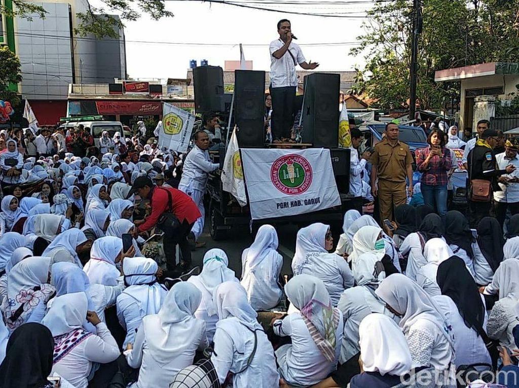 Protes Syarat Usia CPNS, Guru Honorer di Garut Mogok Mengajar