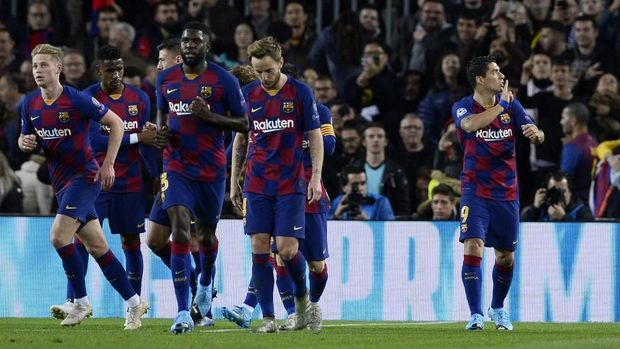 Barcelona's Uruguayan forward Luis Suarez (R) celebrates scoring the opening goal during the UEFA Champions League Group F football match between FC Barcelona and Borussia Dortmund at the Camp Nou stadium in Barcelona, on November 27, 2019. (Photo by PAU BARRENA / AFP)